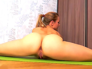hairy bush toyed in flexi splits