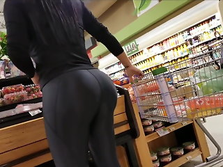 Huge black legging ass candid in the market
